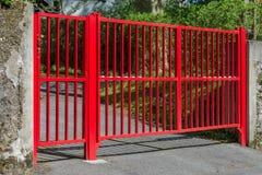 Puerta roja en la entrada a la casa Fotografía de archivo