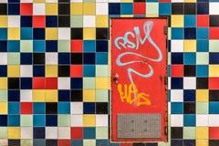 Puerta roja en pared coloreada Imágenes de archivo libres de regalías