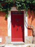 Puerta roja en Toscana. Italia Fotos de archivo libres de regalías