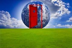 Puerta roja, entrada al mundo, con un césped ilustración del vector
