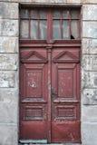 Puerta roja lamentable del viejo vintage Fotos de archivo libres de regalías