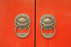 Puerta roja oriental antigua del templo Foto de archivo libre de regalías