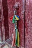 Puerta roja tibetana en un templo budista, la India Fotos de archivo libres de regalías