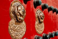 Puerta roja tradicional china Imagen de archivo libre de regalías