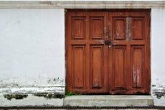 Puerta roja vieja en pared blanca vieja Fotos de archivo