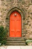 Puerta roja y pasos de progresión de la iglesia Fotos de archivo