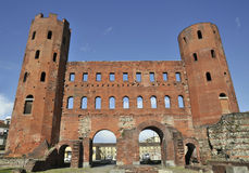 Puerta romana con las torres en Turín Foto de archivo libre de regalías