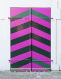 Puerta rosada vieja de un edificio foto de archivo libre de regalías