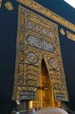 Puerta santa de Kaaba en la mezquita santa durante tawaf cuando umra fotografía de archivo