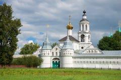 Puerta santa, e iglesia de San Nicolás del convento de Svyato-Vvedensky Tolgsky Yaroslavl, el anillo de oro de Imágenes de archivo libres de regalías
