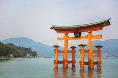 Puerta santa Torii en la señal de las islas de Miyajima de Hiroshima Imagen de archivo libre de regalías