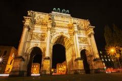 Puerta Siegestor de la victoria en Munich, Alemania, en la noche fotografía de archivo
