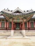 Puerta surcoreana tradicional en colores vibrantes imagen de archivo libre de regalías