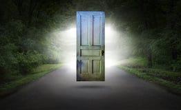 Puerta surrealista, camino, carretera, renacimiento espiritual fotos de archivo
