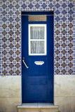 Puerta típica de los distritos más viejos de Lisboa fotos de archivo