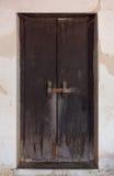 Puerta tailandesa clásica de madera del estilo Imágenes de archivo libres de regalías