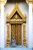 Puerta tailandesa del templo budista Fotografía de archivo