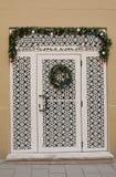 Puerta tallada de madera blanca adornada por el Año Nuevo y el Christma Fotografía de archivo