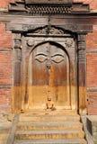 Puerta tallada dentro del patio nasal de Chowk de Hanuman Dhoka Durbar Square fotos de archivo