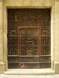 Puerta tallada vieja en la pared de piedra Fotos de archivo libres de regalías