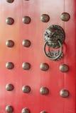 Puerta tradicional china roja Fotografía de archivo