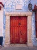 Puerta tradicional en Cartagena, Colombia fotografía de archivo
