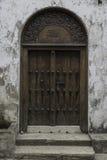 Puerta tradicional en Zanzíbar Foto de archivo libre de regalías