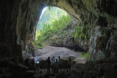 Puerta trasera de la cueva de Hang En, la 3ro cueva más grande de los world's Imágenes de archivo libres de regalías