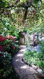 puerta, trayectoria y jardín imagen de archivo libre de regalías