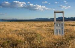Puerta a un paisaje de la montaña Fotos de archivo