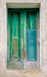 Puerta verde con el vidrio quebrado Foto de archivo