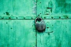 Puerta verde con la cerradura verde fotografía de archivo