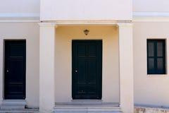 puerta verde de un edificio viejo imagenes de archivo