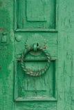 Puerta verde vieja con una manija redonda Foto de archivo libre de regalías