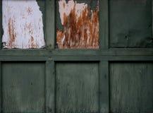 Puerta verde vieja del garage Imagen de archivo
