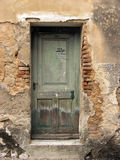Puerta verde vieja en la casa abandonada en Bakar, Croacia Fotos de archivo libres de regalías