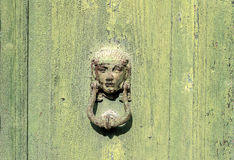 Puerta verde vieja, golpeador del hierro Imagen de archivo