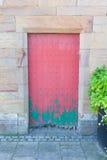 Puerta verde y roja muy rústica foto de archivo
