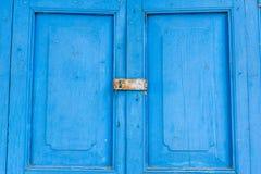 Puerta vieja azul con el lockset de la llave de la paleta Fotografía de archivo