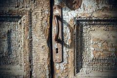 Puerta vieja cerrada con el tirador de puerta y el ojo de la cerradura oxidados imagen de archivo libre de regalías