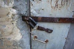 Puerta vieja cerrada en el candado Perno, tirador de puerta fotos de archivo libres de regalías
