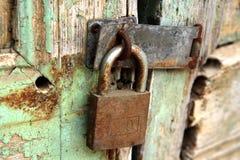 Puerta vieja con el bloqueo del metal imagenes de archivo