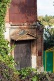 Puerta vieja con el cenador de la vid Imagen de archivo libre de regalías