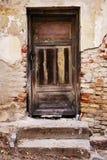 Puerta vieja con el fondo agrietado de la pintura Fotos de archivo libres de regalías