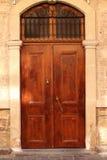 Puerta vieja con el golpeador Imágenes de archivo libres de regalías