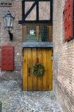 Puerta vieja con el guirlande de la Navidad Foto de archivo libre de regalías