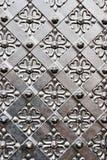 Puerta vieja con el ornamento en la pared de piedra. foto de archivo