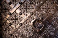 Puerta vieja con el ornamento en la pared de piedra fotografía de archivo
