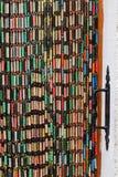 Puerta vieja con la cortina coloreada imagen de archivo