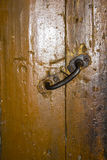 Puerta vieja con la manija del hierro Imagen de archivo